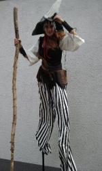 Pirat auf Stelzen